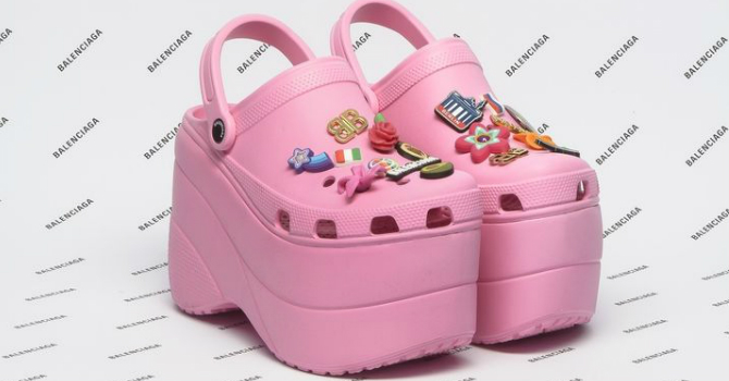 05d517459 BALENCIAGA يمنحكِ أحذية كروكس لم تشاهديها من قبل | عالم حواء لايف