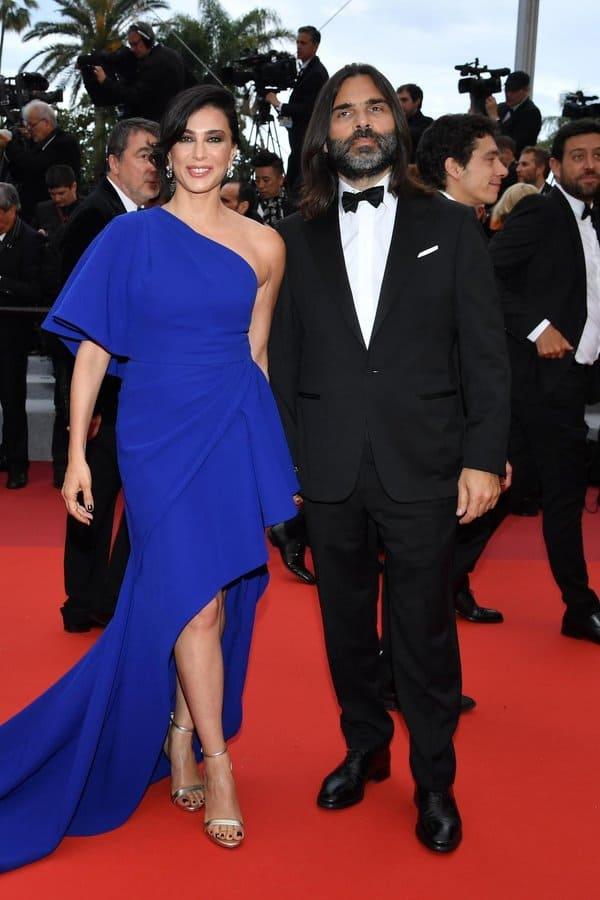 ايلي صعب يتألق فستان الازرق