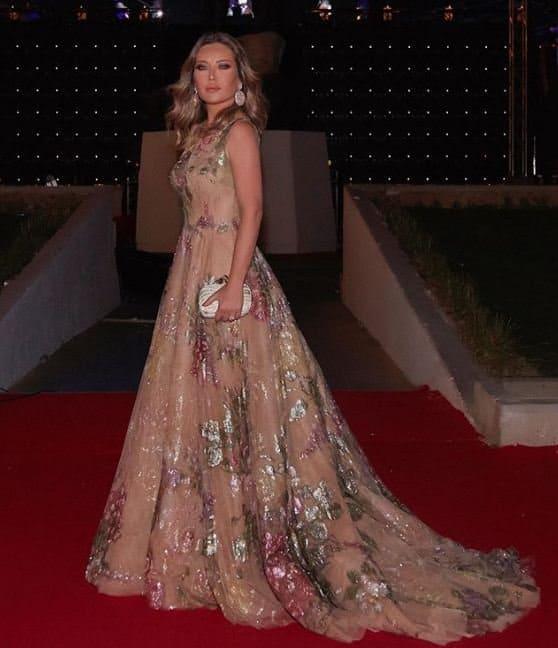 أجمل إطلالات الفساتين اللامعة