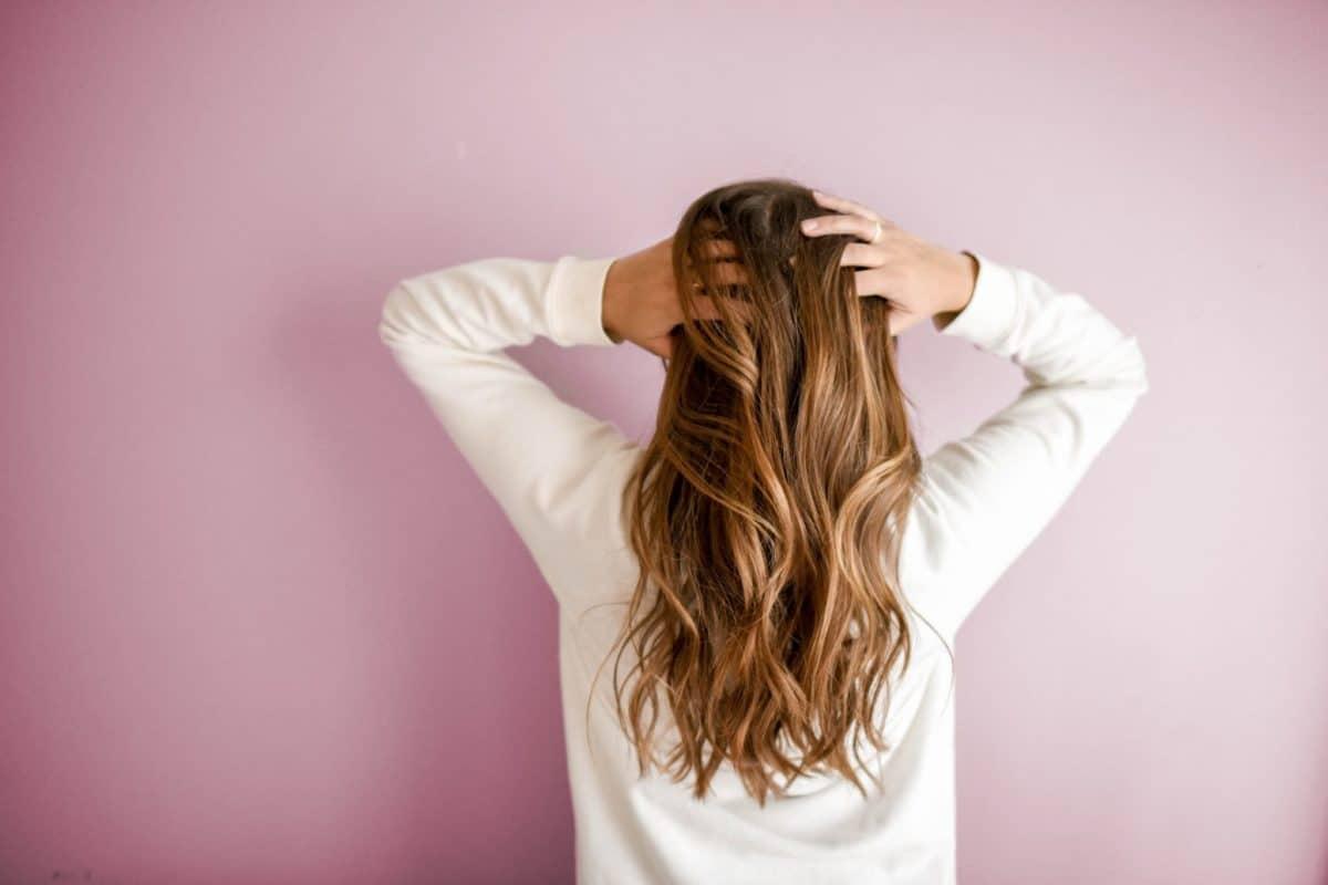 لون صباغ الشعر المناسب للاتي يمتلكن عيون بنية