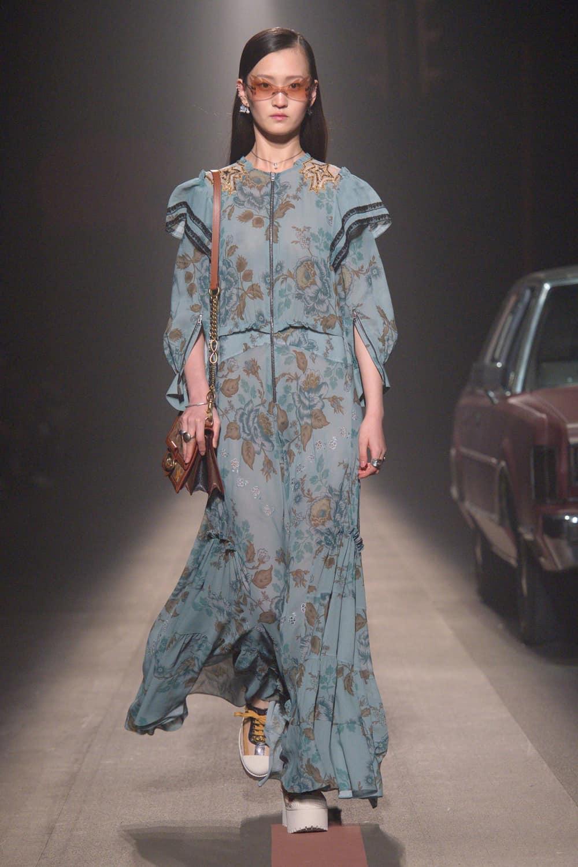 موديل الفساتين ذات الأكمام الطويلة والواسعة