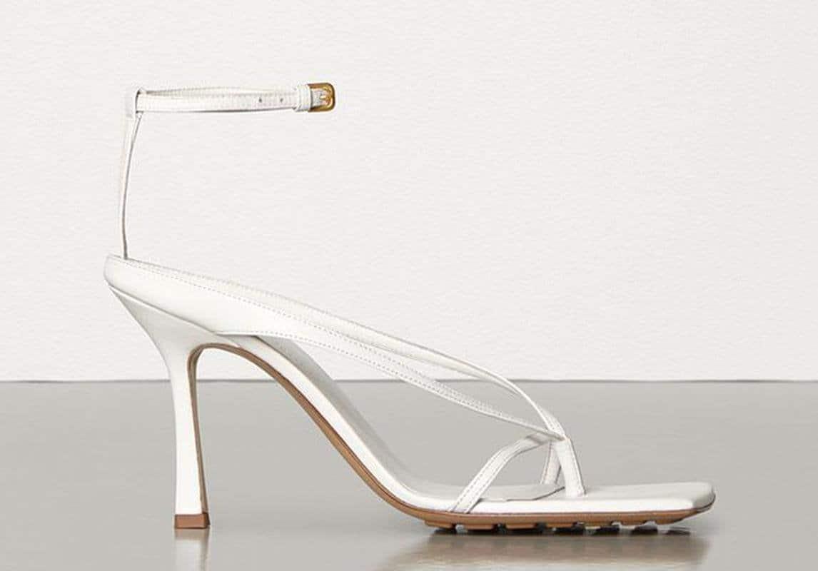 صندال SANDALO STRETCH IN NAPPA DREAM من علامة Bottega Veneta، للاتي يفضلن الأسلوب العصري الشيك