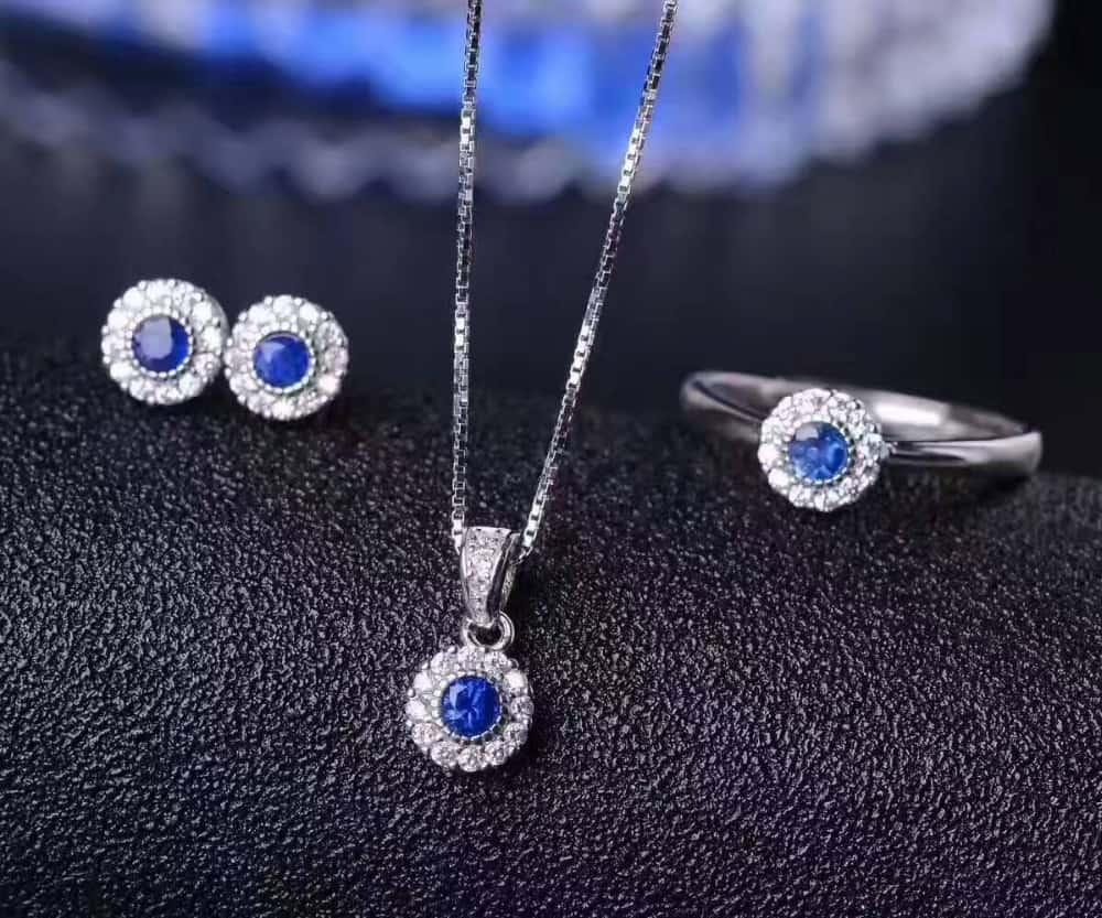 مجوهرات الياقوت الأزرق لإطلالة فخمة