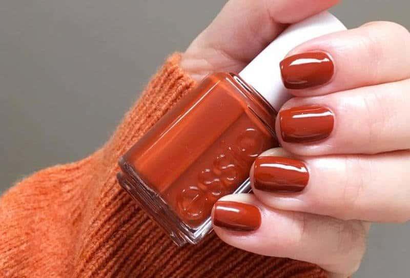 طلاء الأظافر باللون البرتقالي المحروق