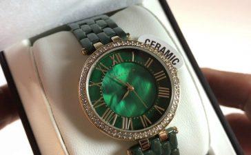 ساعات باللون الأخضر الداكن