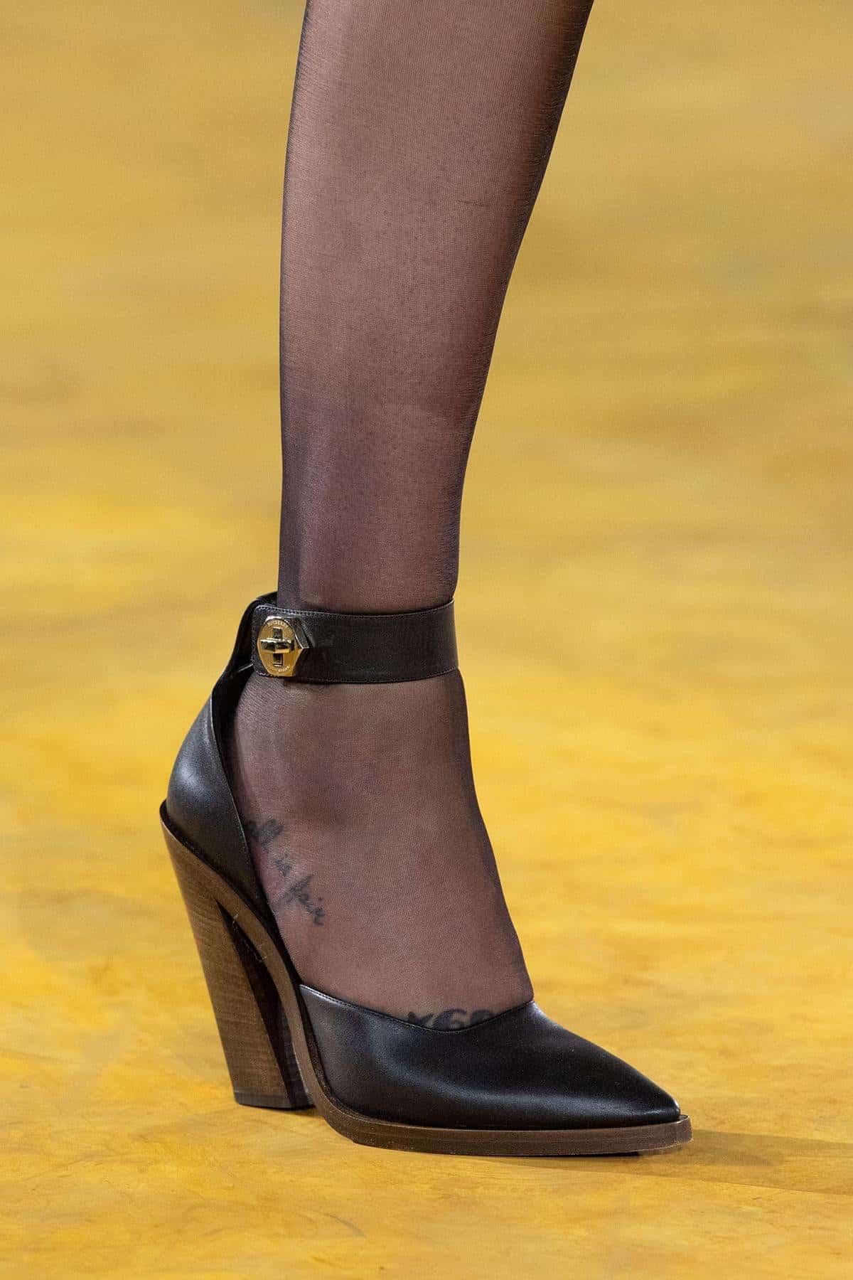 وحذاء Chloé وBurberry.