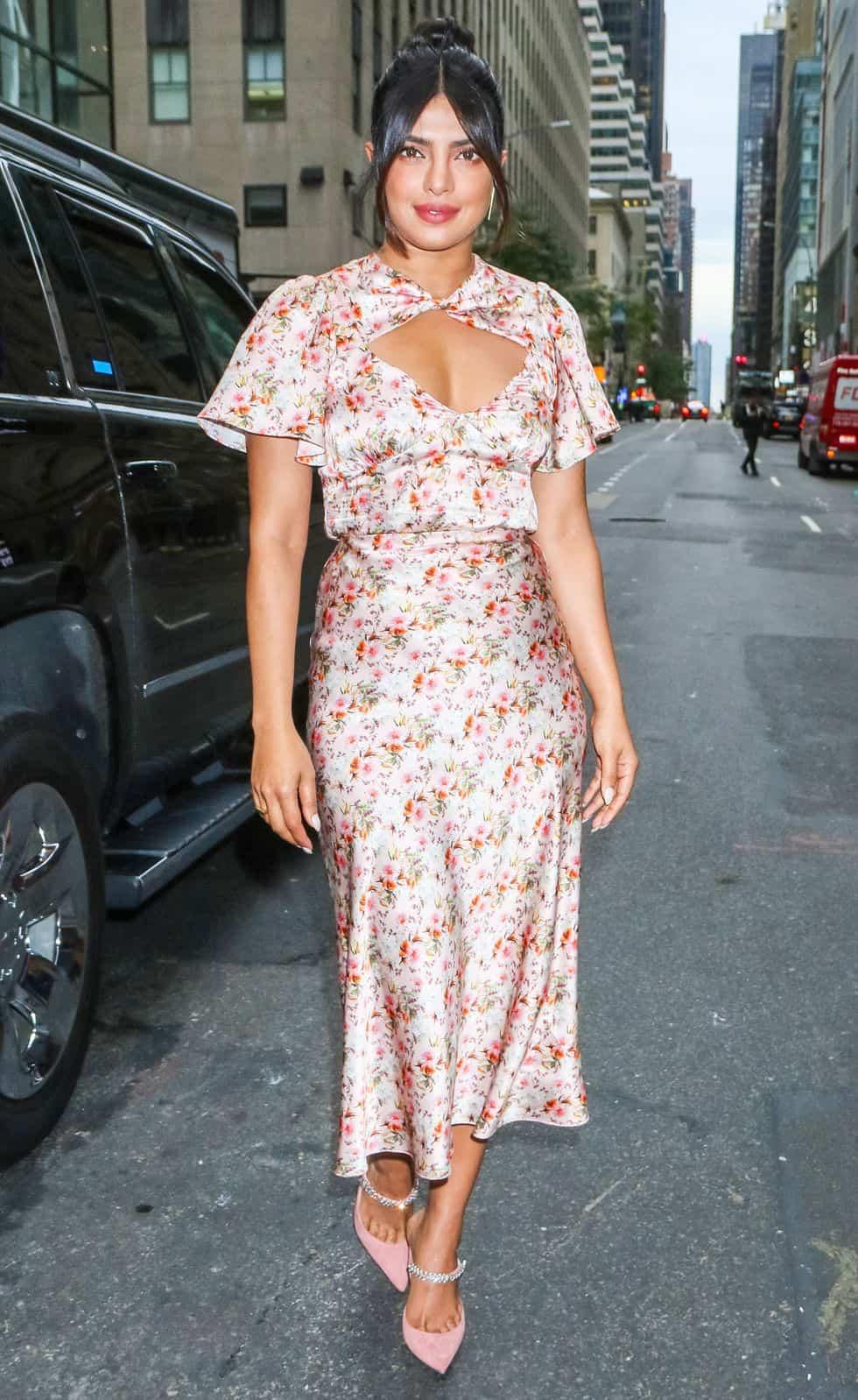 فستان زهري مزين بالورود