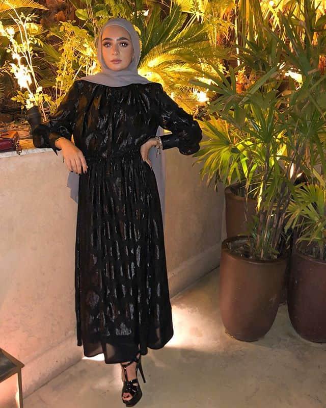 لانا الحطاب: فستان شيفون لامع باللون الأسود