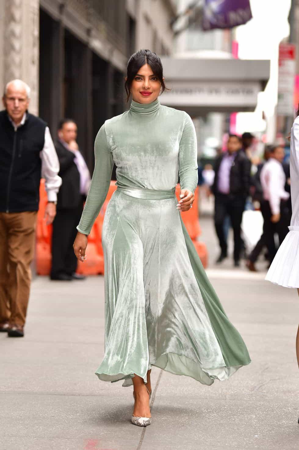 فستان مخملي باللون الأخضر