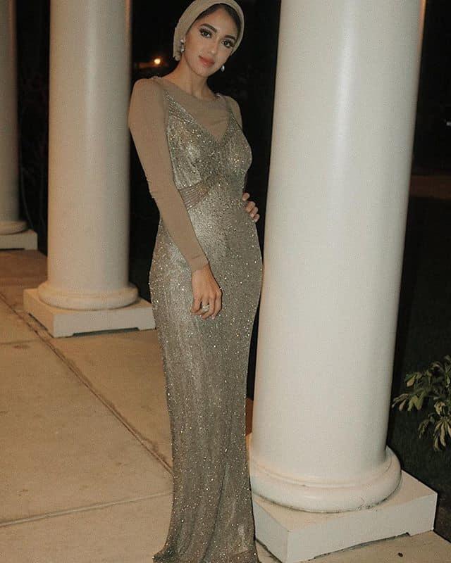 سالي عاشور: فستان من غير أكمام بتصميم براق