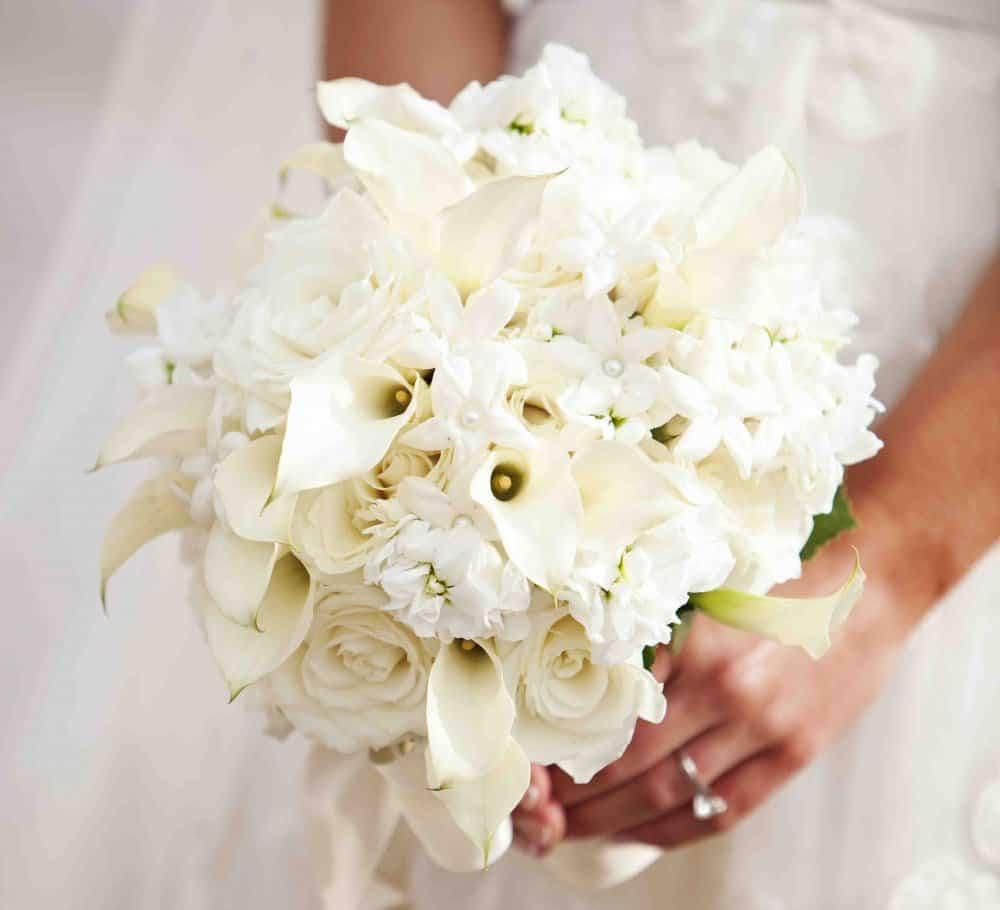 بوكيه باللون الأبيض مع الشكل التقليدي