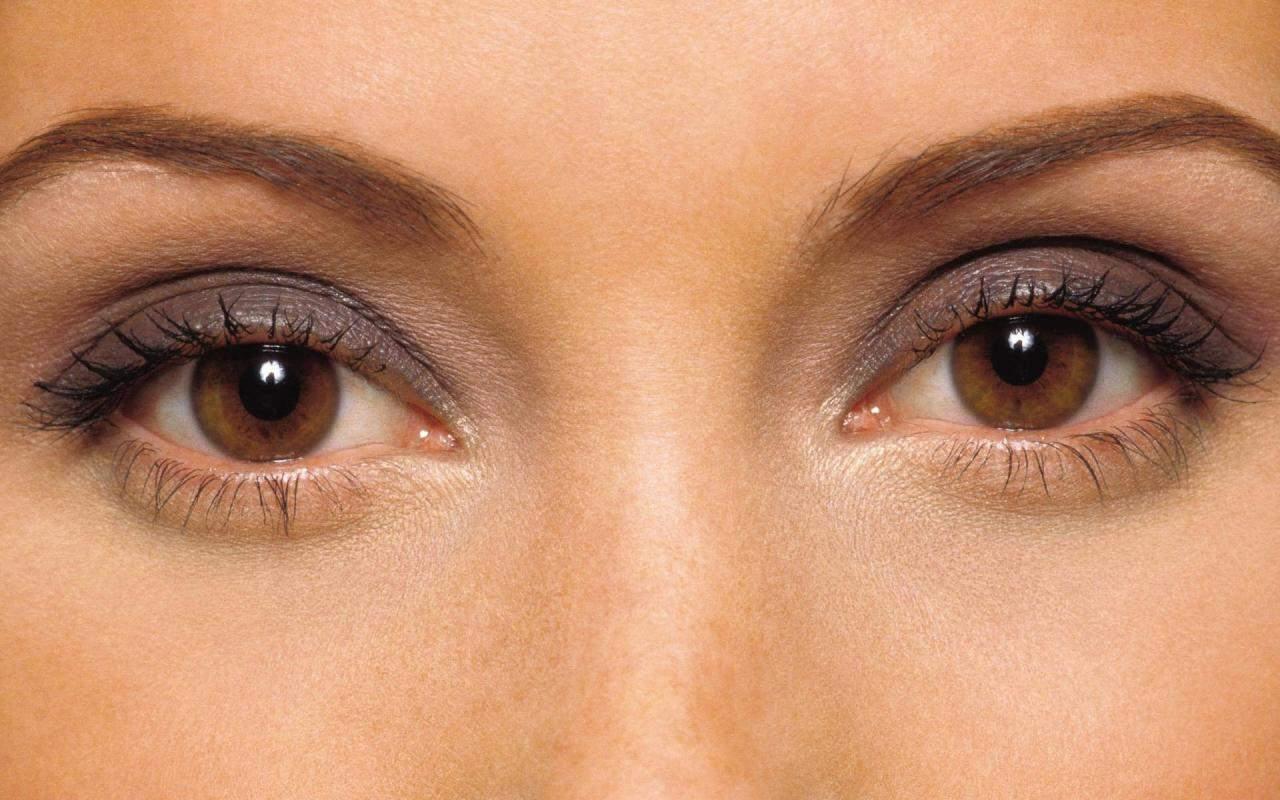 خطوات مكياج للعيون العسلية ععليك تطبيقها