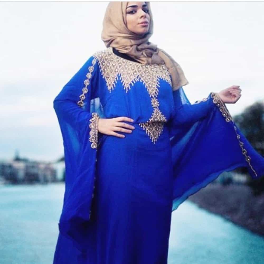 أجمل العبايات الزرقاء الداكنة بلمسة عصرية جذابة