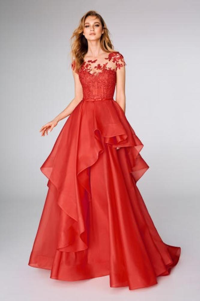 فستان خطوبة باللون الأحمر
