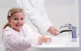 كيف تعلمين طفلك قواعد النظافة في سن مبكرة؟