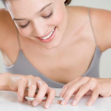 خطوات بسيطة للتخلص من المانكير الشبه دائم دون إتلاف الأظافر