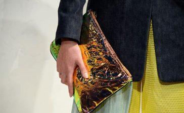 حقائب الكلاتش تكتسح عروض أزياء 2021