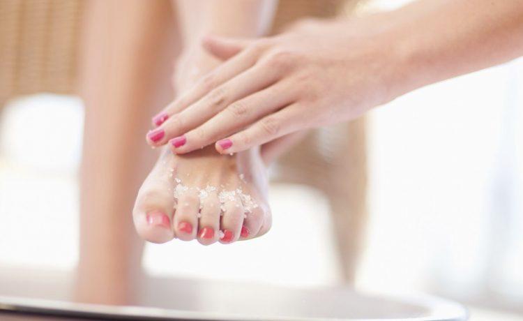 هذه العلاجات المنزلية ستمنحك أقدام ناعمة وجميلة