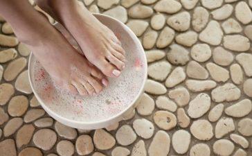 أفضل علاج طبيعي لتنعيم القدمين في فصل الشتاء