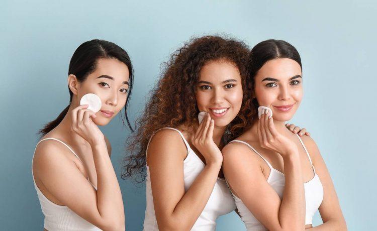 إليك الخطوات الصحيحة لتنظيف الوجه بطريقة مثالية