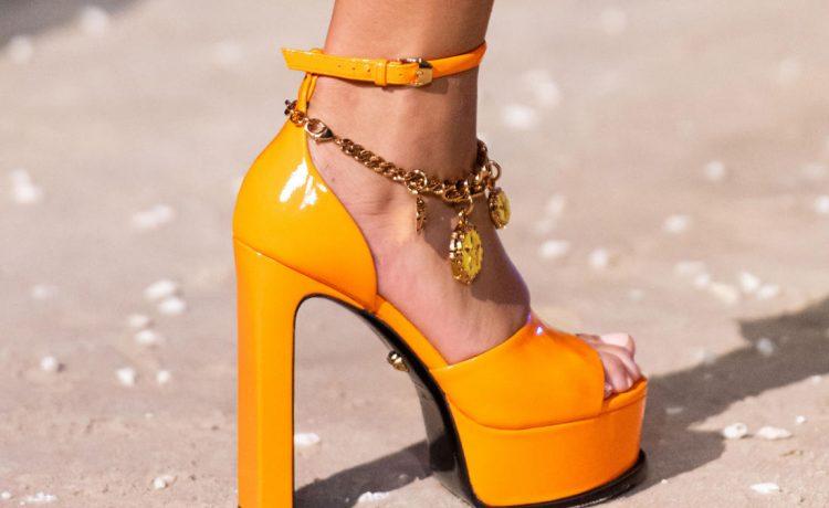 أحذية بألوان صارخة