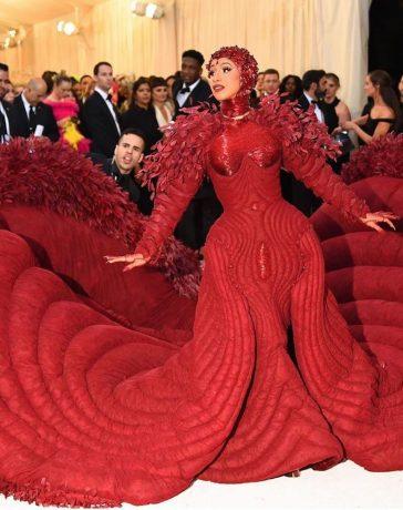 بالصور شاهدي معنا هذه التصاميم لفساتين النجوم بعضها غريب وأخرى لاتنسى